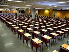 Des tables alignées dans une grande salle.
